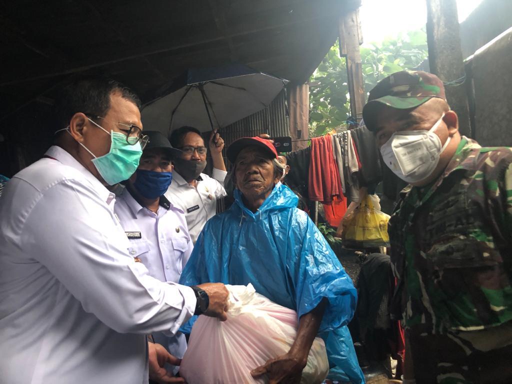 Pemkot Makassar Bersama Dandim Salurkan Paket Sembako